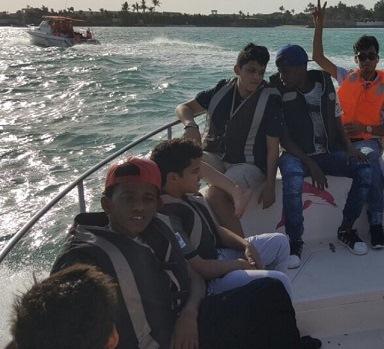تحرص العمل والتنمية الاجتماعية على تنظيم ملتقيات ترفيهية للأطفال للأيتام.. وفي الصورة يبدو مجموعة من الأطفال في رحلة بحرية لمرسى الاحلام