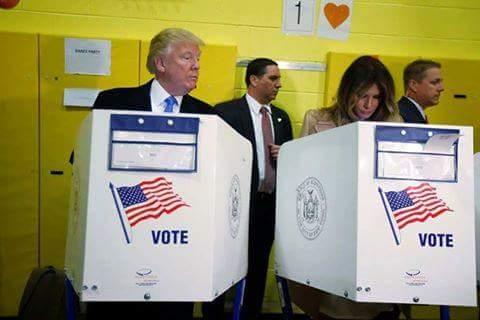 ترامب يختلس النظر لبطاقة زوجته الانتخابية لمعرفة مرشحها