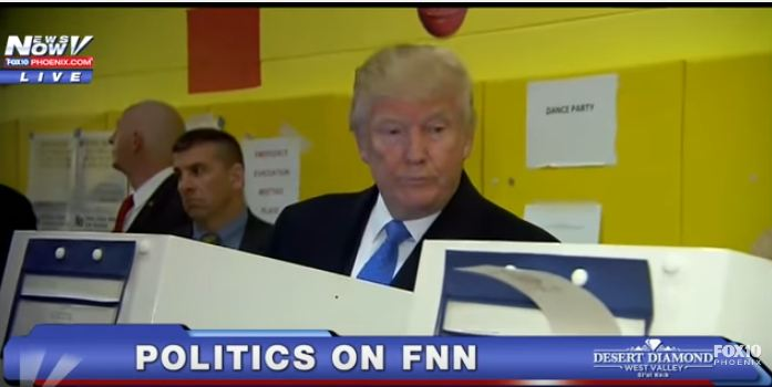ترامب يختلس النظر لبطاقة زوجته الانتخابيه