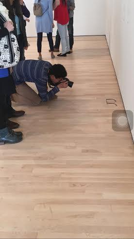 ترك نظارته على أرض المتحف فالتقط الزوار صوراً معها1