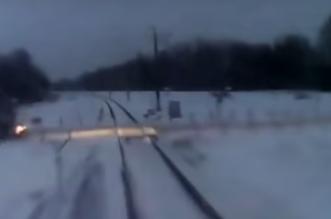 شاهد..حادث تصادم بين سيارة وقطار في روسيا - المواطن