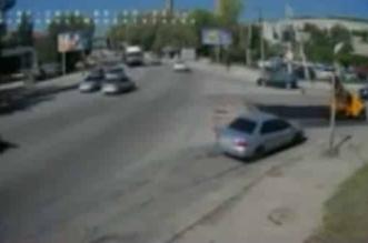 بالفيديو.. شاحنة ضخمة تسير بسرعة هائلة تتسبب بحادث مروع - المواطن