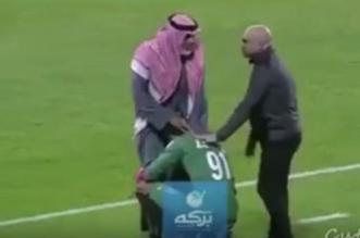 شاهد.. اللاعب الدوسري يقبل قدمي والده - المواطن