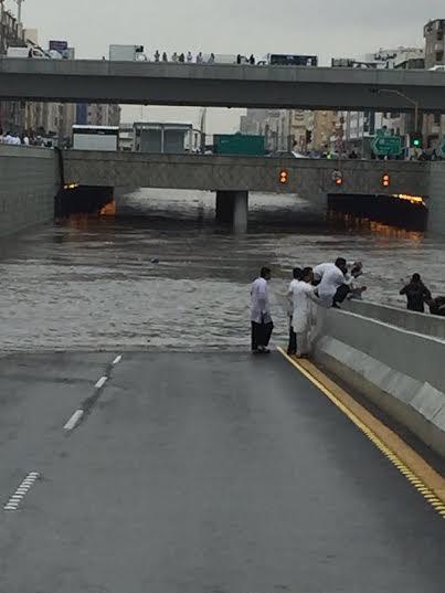 تصرف السعودين مع المطر3