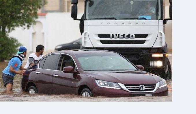 تصرف السعوديين مع المطر6