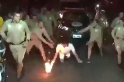 تعثر حاملة الشعلة الأولمبية وسقوطها على الأرض