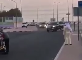 """شاهد.. """"تعليق دواسة البنزين"""" يتسبب بانقلاب سيارة في الكويت - المواطن"""