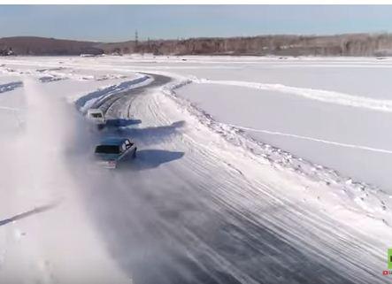 بالفيديو.. تفحيط مرعب فوق الجليد