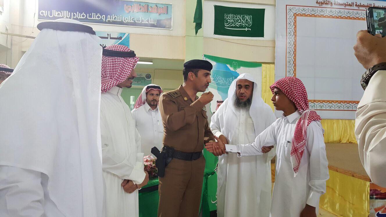 مجمع الفيصلية تقيم تكريماً لأبناء المرابطين ومدير المرور يهدي أحدهم ساعته - المواطن