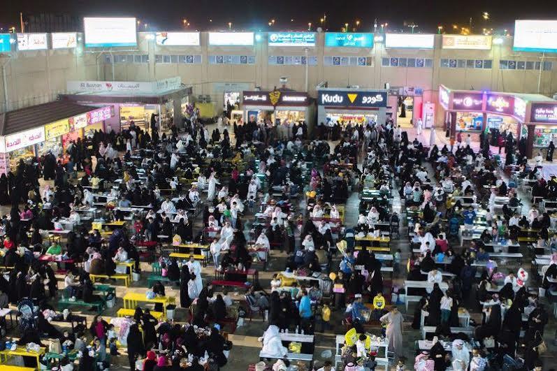 تنوع الفعاليات والبرامج تجذب المصطافين إلى مهرجان أبها للتسوق 1