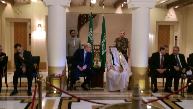 توافد البنايين بالسفارة السعودية ببيروت (4)