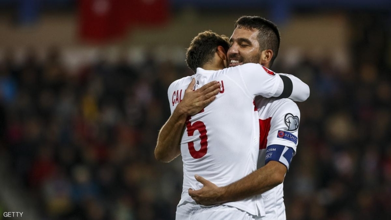 PRAGUE, CZECH REPUBLIC - OCTOBER 10:  Hakan Calhanoglu (L) of Turkey celebrates his goal with his team-mate Arda Turan (R) during the UEFA EURO 2016 Group A Qualifier match between Czech Republic and Turkey at Letna Stadium on October 10, 2015 in Prague, Czech Republic.  (Photo by Matej Divizna/Getty Images)