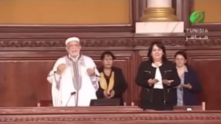 تونس.. البرلمان يقرأ الفاتحة على روح بوحيرد وهي حية ترزق! (فيديو)