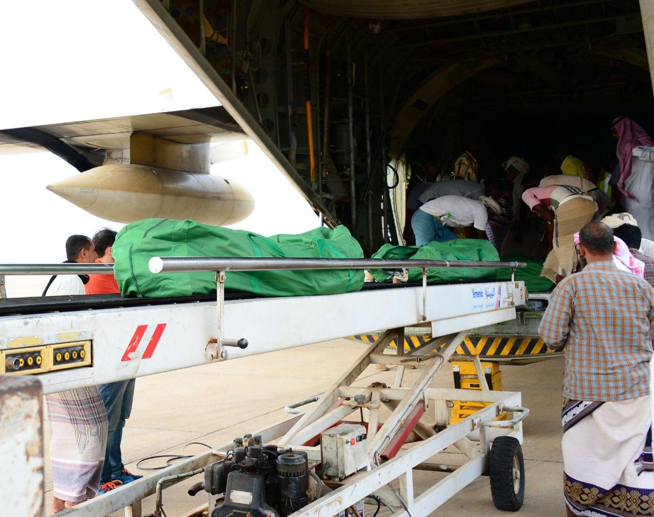 ثالث طائرات مركز #سلمان للإغاثة تصل #سقطرى اليمنية (1)