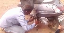 ثعبان يحشر نفسه في دراجة نارية