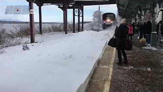 مشهد مخيف.. قطار يغرق الركاب بموجة هائلة من الثلج - المواطن