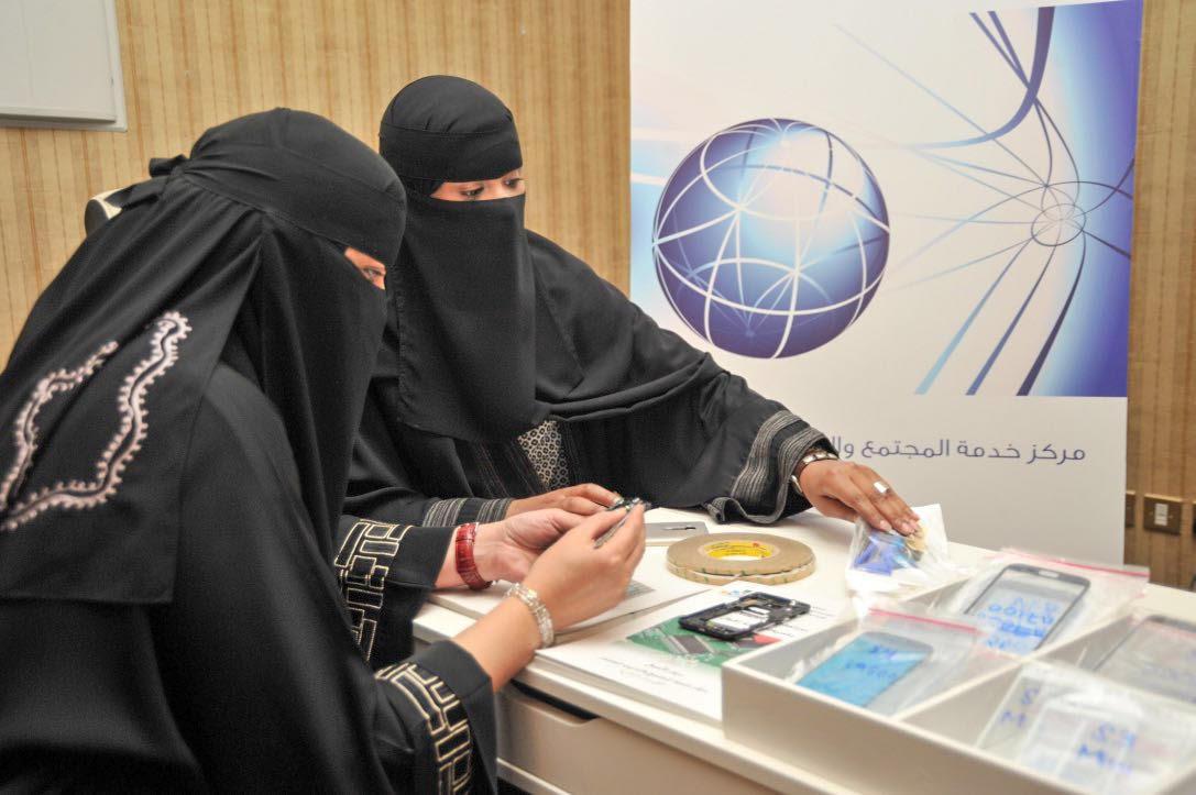 جامعيات طالبات يتدربن علي صيانة الجوال صيانة جوال نساء  (1)