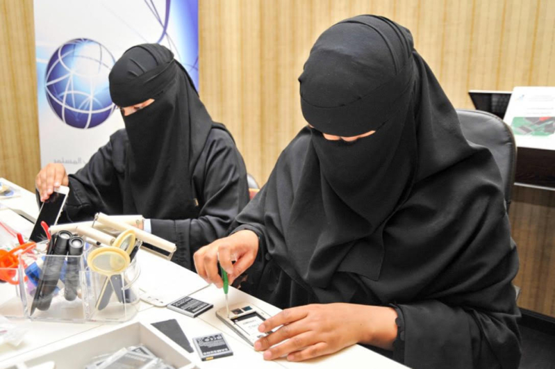 جامعيات طالبات يتدربن علي صيانة الجوال صيانة جوال نساء  (2)