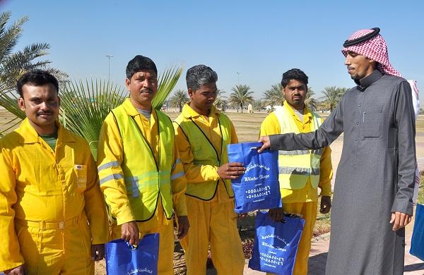 جانب من توزيع الحقيبة الشتوية على عمال النظافة في بريدة