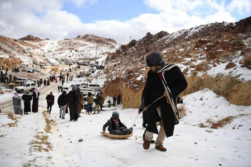 بالصور.. جبل اللوز يستقطب هواة التزلج على الجليد - المواطن