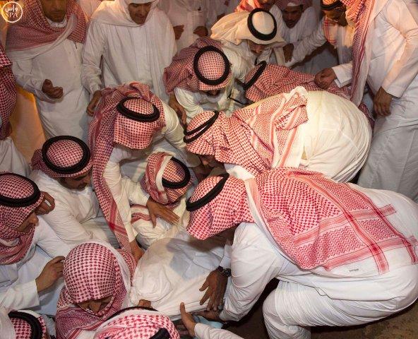 شاهد بالصور .. جثمان الفقيد #سعود_الفيصل يوارى ثرى مقبرة العدل - المواطن