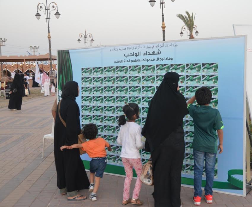 جدارية شهداء الواجب تستوقف زوار مهرجان الورد والفاكهة (1)