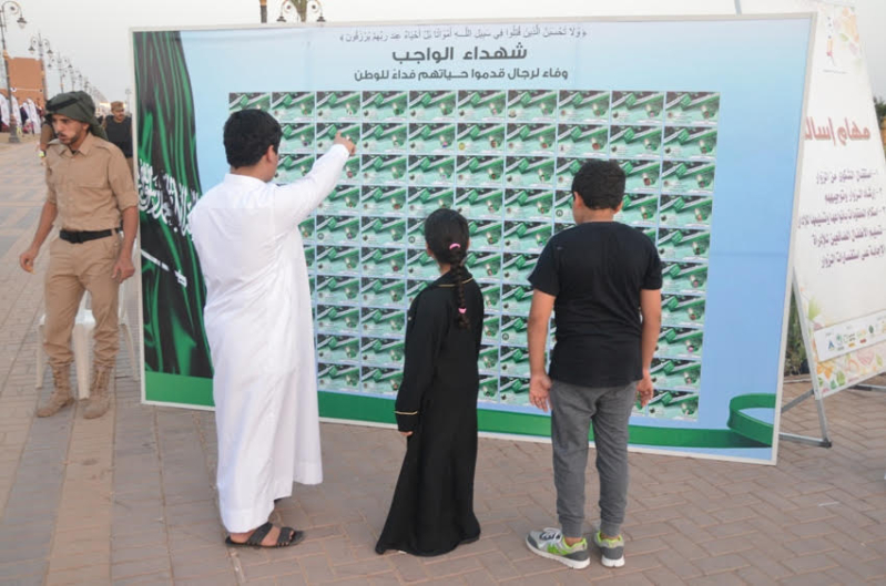 جدارية شهداء الواجب تستوقف زوار مهرجان الورد والفاكهة (2)