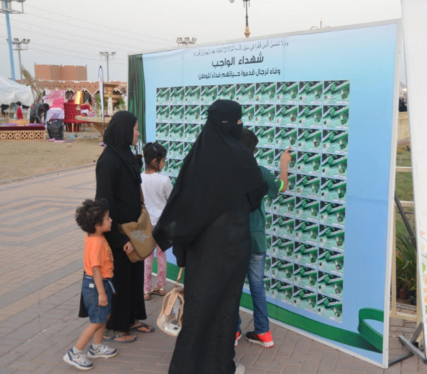 جدارية شهداء الواجب تستوقف زوار مهرجان الورد والفاكهة (4)