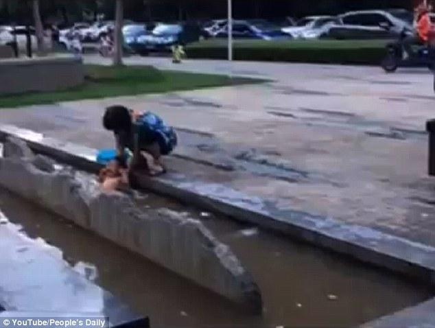 جدة تحمي طفلا