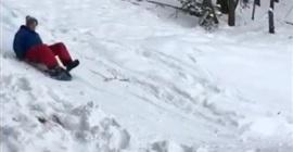 بالفيديو.. شاب يتعرض لسقوط مروع أثناء تزلجه على الجليد