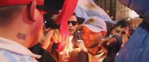 بالفيديو.. جماهير التانغو الغاضبة تحرق أعلام تشيلي - المواطن