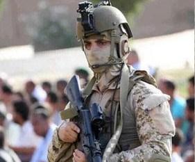 جندي سعودي يحرس المصليين بعدن