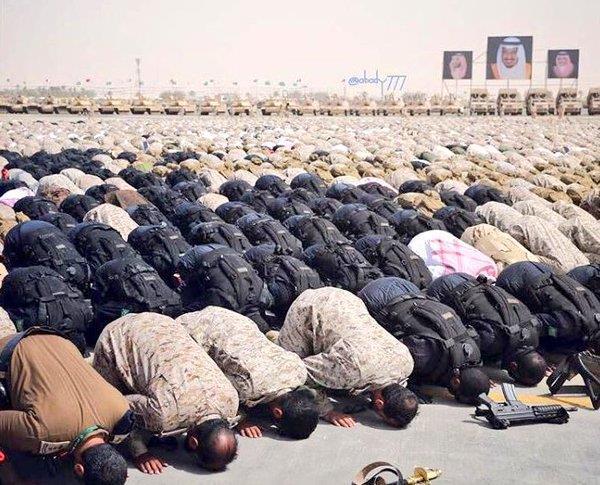 جنود قوات رعد الشمال يؤدون الصلاة بميدان التدريب