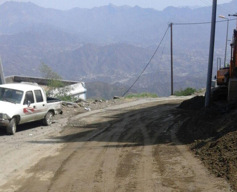 جهود بلدية فيفاء في فتح الطرق وإزالة مخلفات الأمطار (1)