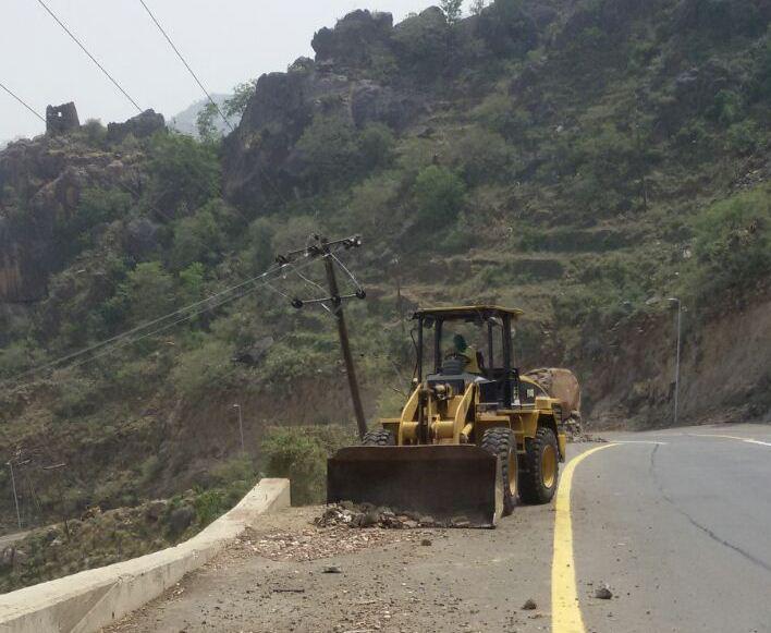 جهود بلدية فيفاء في فتح الطرق وإزالة مخلفات الأمطار (10)