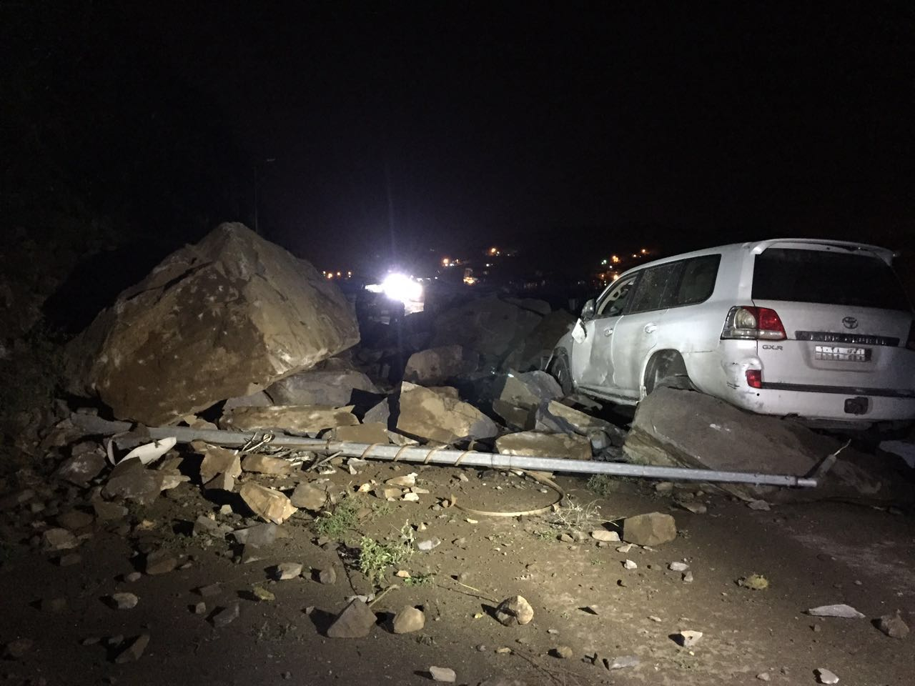 جهود بلدية فيفاء في فتح الطرق وإزالة مخلفات الأمطار (11)