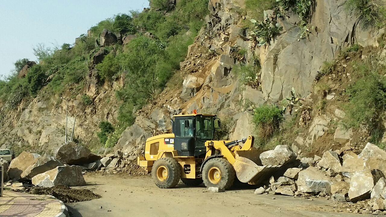 جهود بلدية فيفاء في فتح الطرق وإزالة مخلفات الأمطار (14)