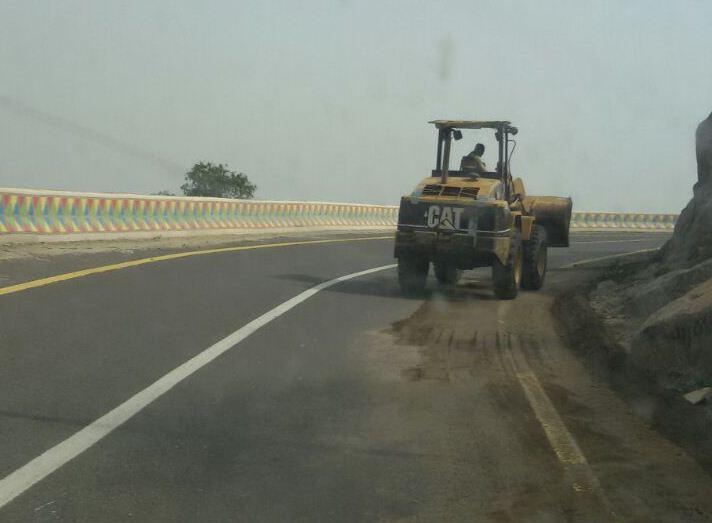 جهود بلدية فيفاء في فتح الطرق وإزالة مخلفات الأمطار (2)