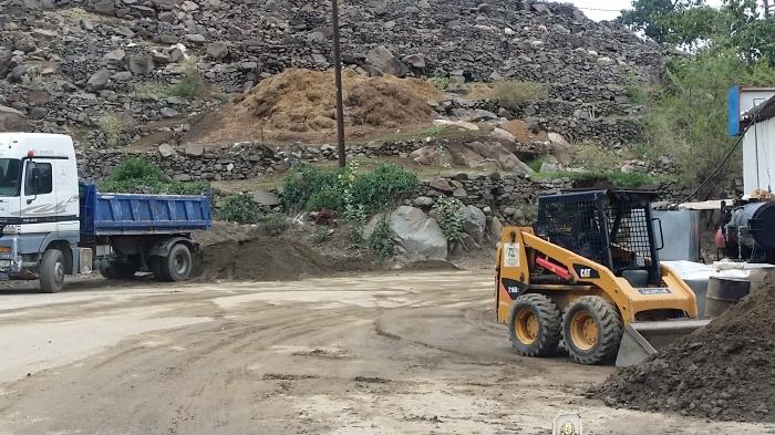 جهود بلدية فيفاء في فتح الطرق وإزالة مخلفات الأمطار (3)
