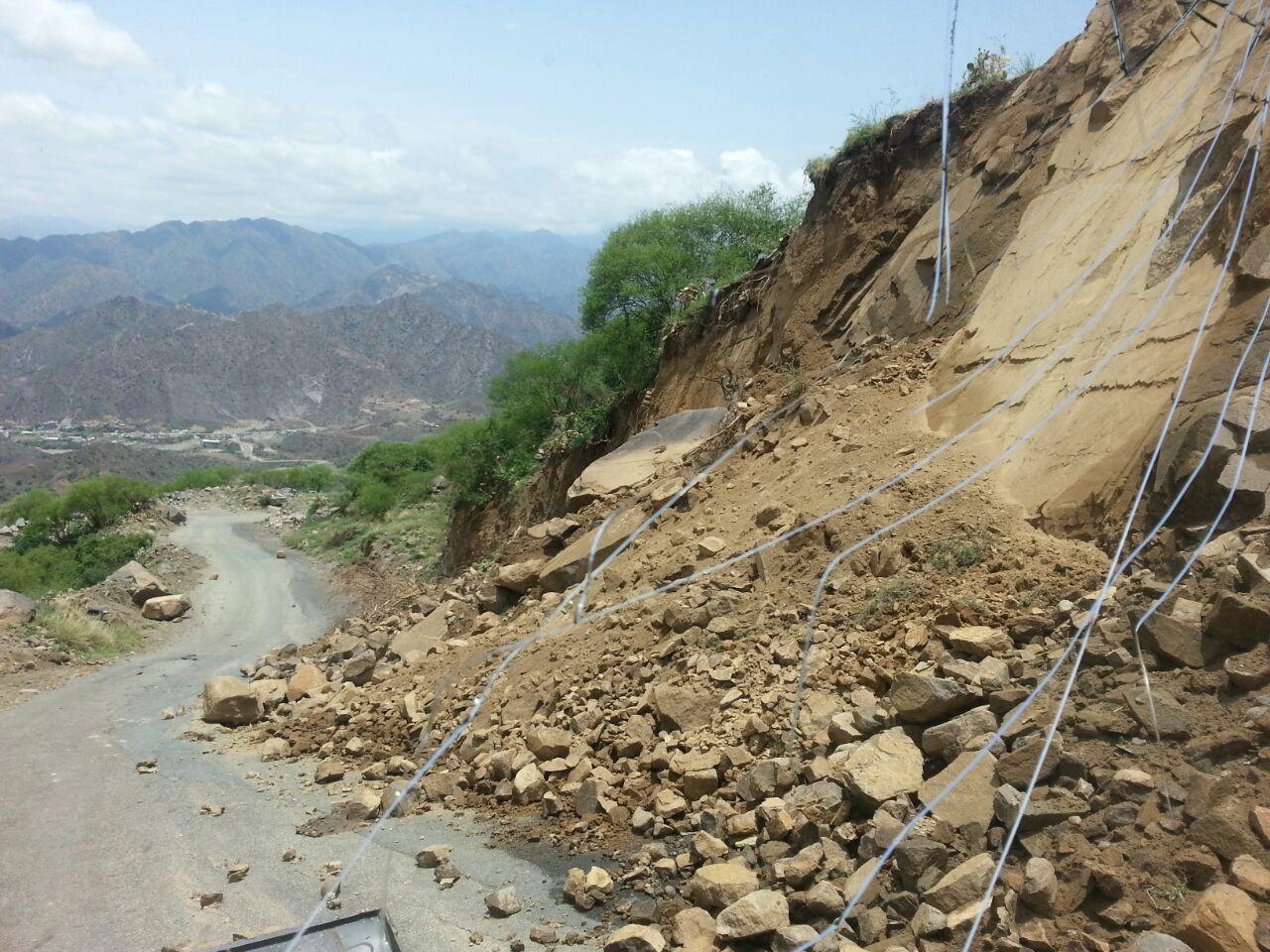 جهود بلدية فيفاء في فتح الطرق وإزالة مخلفات الأمطار (4)
