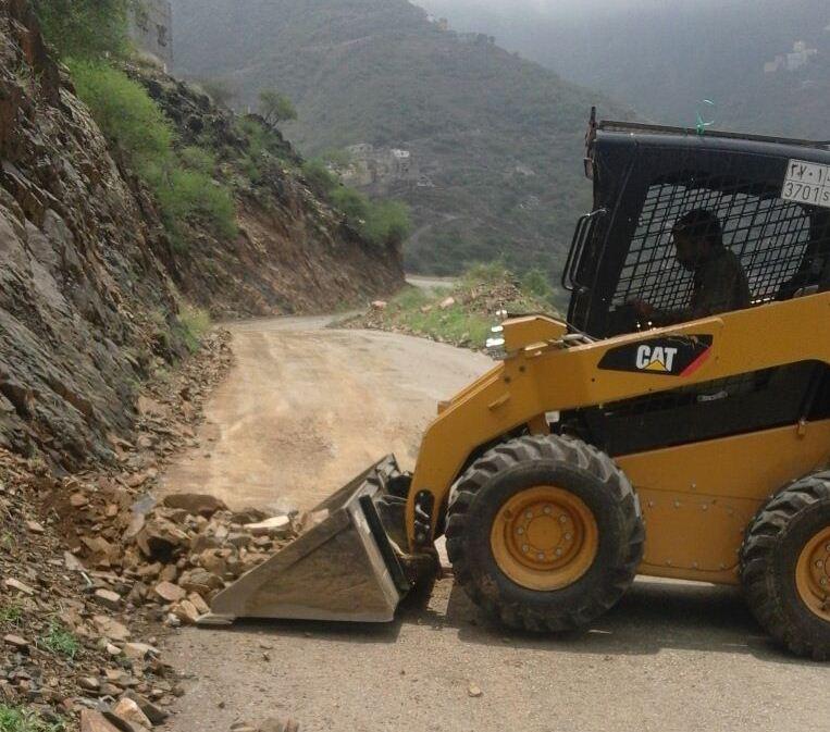 جهود بلدية فيفاء في فتح الطرق وإزالة مخلفات الأمطار (6)
