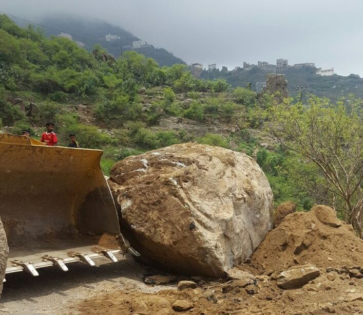 جهود بلدية فيفاء في فتح الطرق وإزالة مخلفات الأمطار (7)