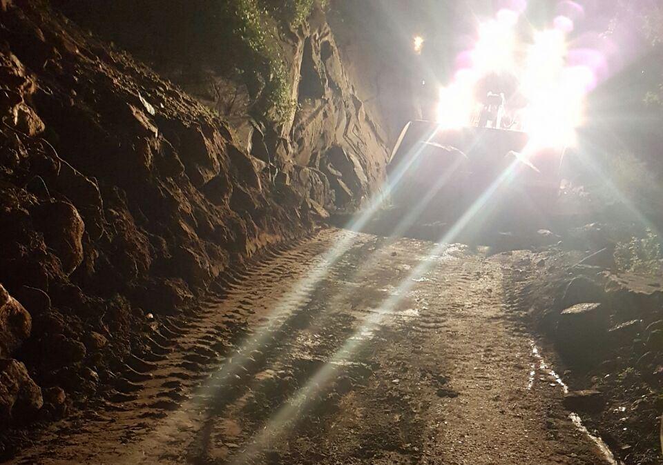 جهود بلدية فيفاء في فتح الطرق وإزالة مخلفات الأمطار (8)