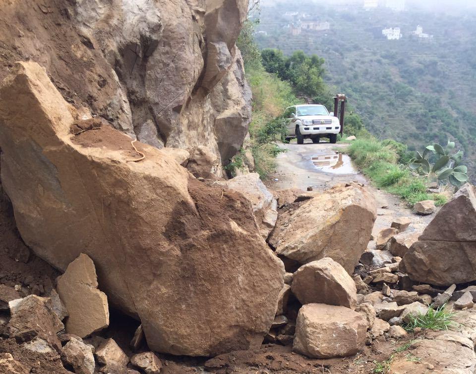 جهود بلدية فيفاء في فتح الطرق وإزالة مخلفات الأمطار (9)