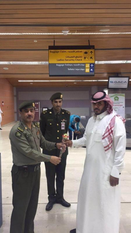 جوازات مطار أبها الإقليمي تُعايد المسافرين (360550878) 