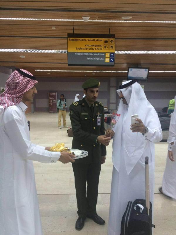 جوازات مطار أبها الإقليمي تُعايد المسافرين (360550881) 