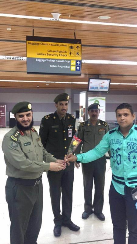 جوازات مطار أبها الإقليمي تُعايد المسافرين (360550885) 