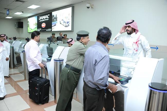 جولة مدير عام الجوازات التفقدية لصالات العمرة بمطار الملك عبدالعزيز (4)