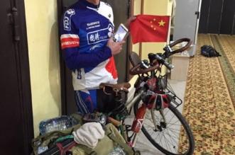 صورة متداولة .. صيني يقطع الاف المسافات بدراجته للحج يصل القويعية - المواطن