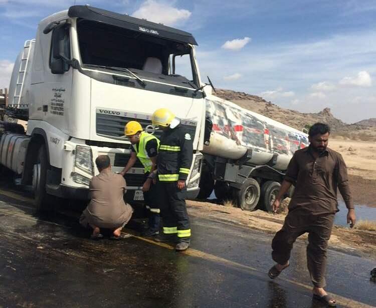 حادث-انقلاب-شاحنة-وقود-بوادي-هشبل (1)